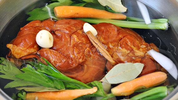 Reteta ciolan afumat cu glazura de vin rosu, portocala si scortisoara, pe pat de piure de fasole alba cu lamaie si patrunjel