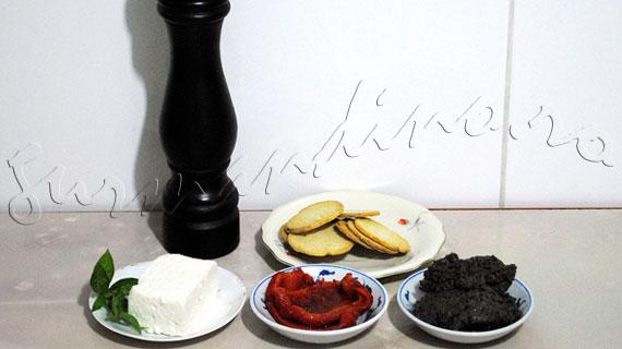 Reteta aperitiv rece - Canapele cu pasta de masline, ardei copt si branza de capra