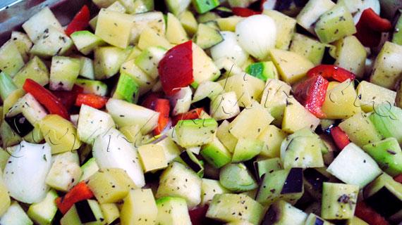 Reteta de garnitura de legume la cuptor, cu usturoi si verdeturi