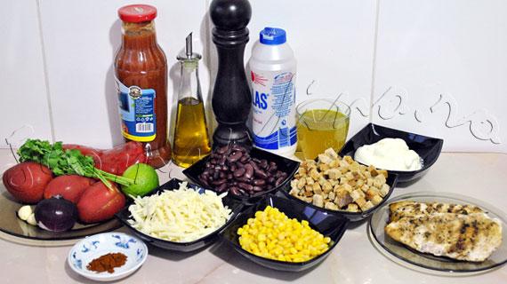 Reteta de Salata Tex-Mex in straturi, cu pui in sos picant, porumb, fasole, smantana, branza si frunze de coriandru