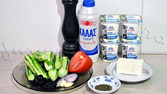 Reteta mediteraneana - Salata (dip) de castraveti cu iaurt, branza feta, menta, rosie si masline