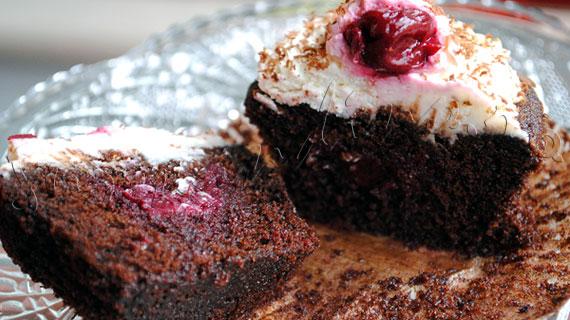 Reteta Cupcakes Padurea Neagra, cu ciocolata si visine