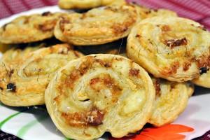 Reteta aperitiv - Spirale (melci) din foietaj cu afumatura si branza (cascaval)