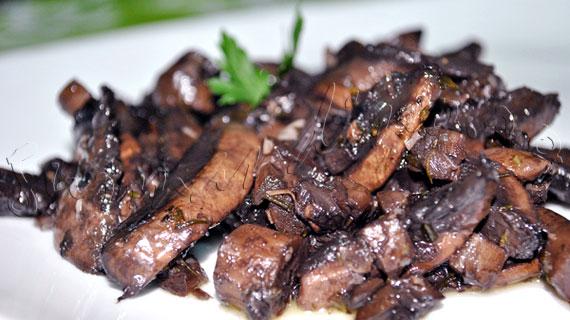 Reteta de garnitura: Ciuperci glazurate cu vin rosu, cimbru si usturoi