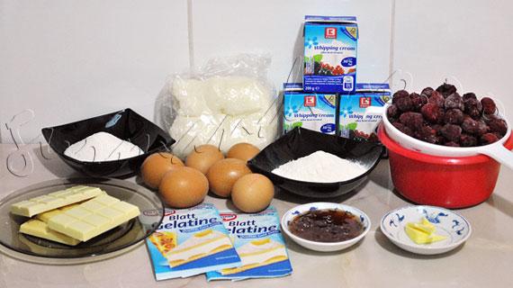Tort cu mousse de ciocolata alba si zmeura, imbracat in martipan si cu funda din martipan