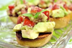 Reteta mediteraneana: Bruschette cu avocado, rosii si busuioc