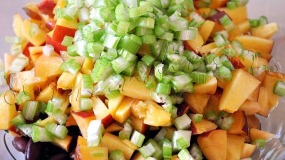 Reteta din Caraibe: salata cu fasole rosie, porumb, piersica si telina