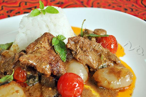 Reteta thailandeza - Curry rosu de rata cu vinete si rambutan (Kaeng Phed Ped Yang)